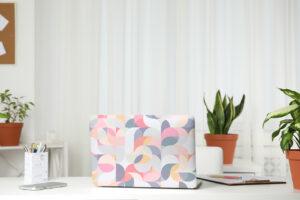 Geometrischer pastellfarbener Sticker für Laptop